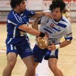Sebastián Simonet y Gonzalo Carou en sus duelos en la Liga Asobal. Ahora imponen su buena conexión en la ofensiva nacional